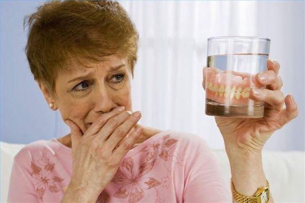 Как быстро привыкают к съемным зубным протезам