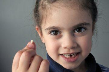 Когда выпадают молочные зубы и патологии, связанные с физиологическим процессом