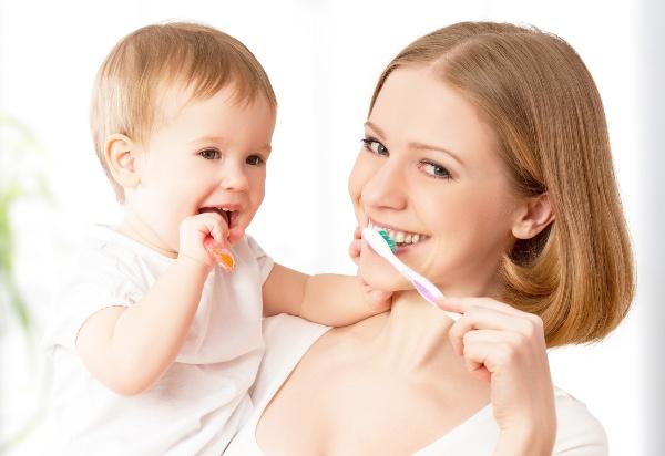 Малыш с мамой чистят вместе