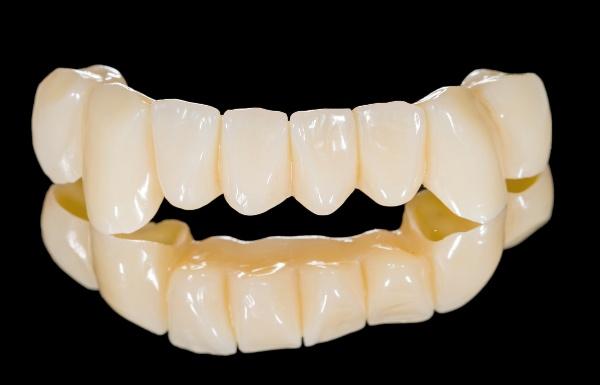 Пластмассовые коронки на передние зубы цена