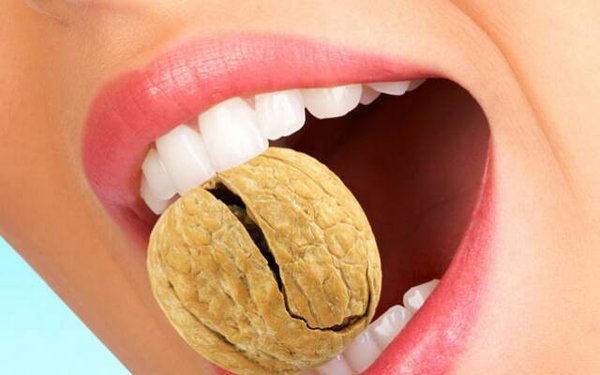 Причина разрушения зубов у женщин фото