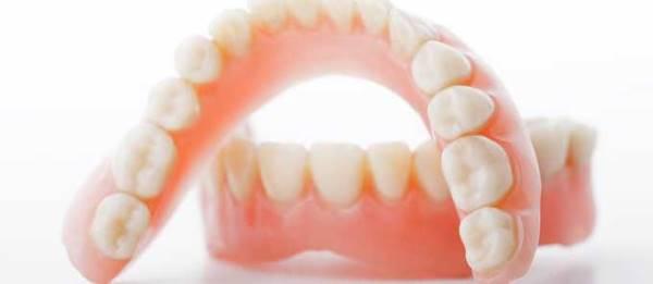 Вставить зубные протезы недорого